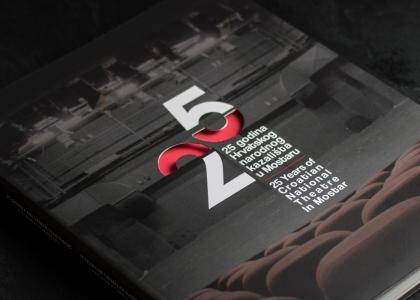 Dizajn monografije i prigodnog logotipa povodom 25. obljetnice Hrvatskog narodnog kazališta u Mostaru